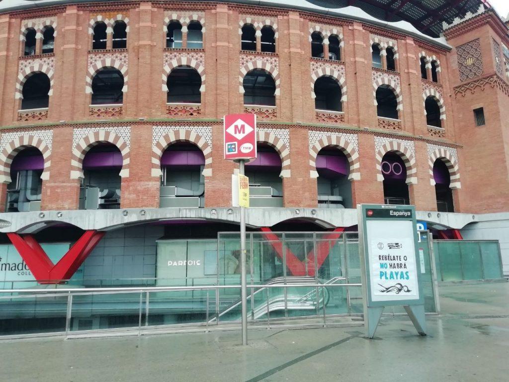 "Cartell: ""Rebelate o habrá playas"" a Plaça d'Espanya"