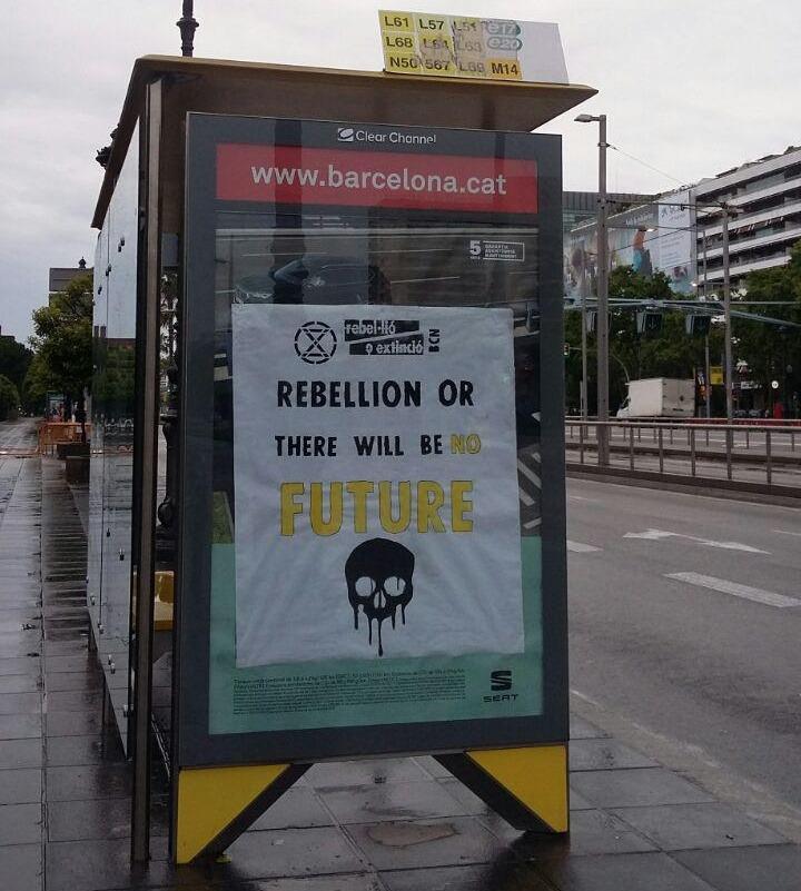 """Cartell: """"Rebel·lió o no hi haurà futur"""" (en anglès) a una parada d'autobús"""