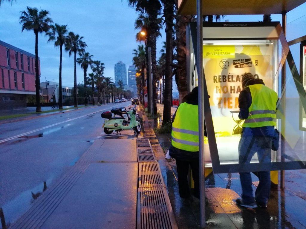 Rebels en una parada d'autobús ponendo una marquesina