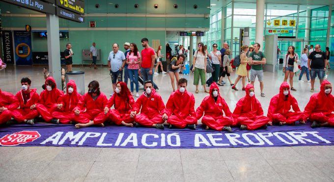Rebeldes de XR Barcelona y Climacció protestan contra el plan de expansión del aeropuerto de El Prat
