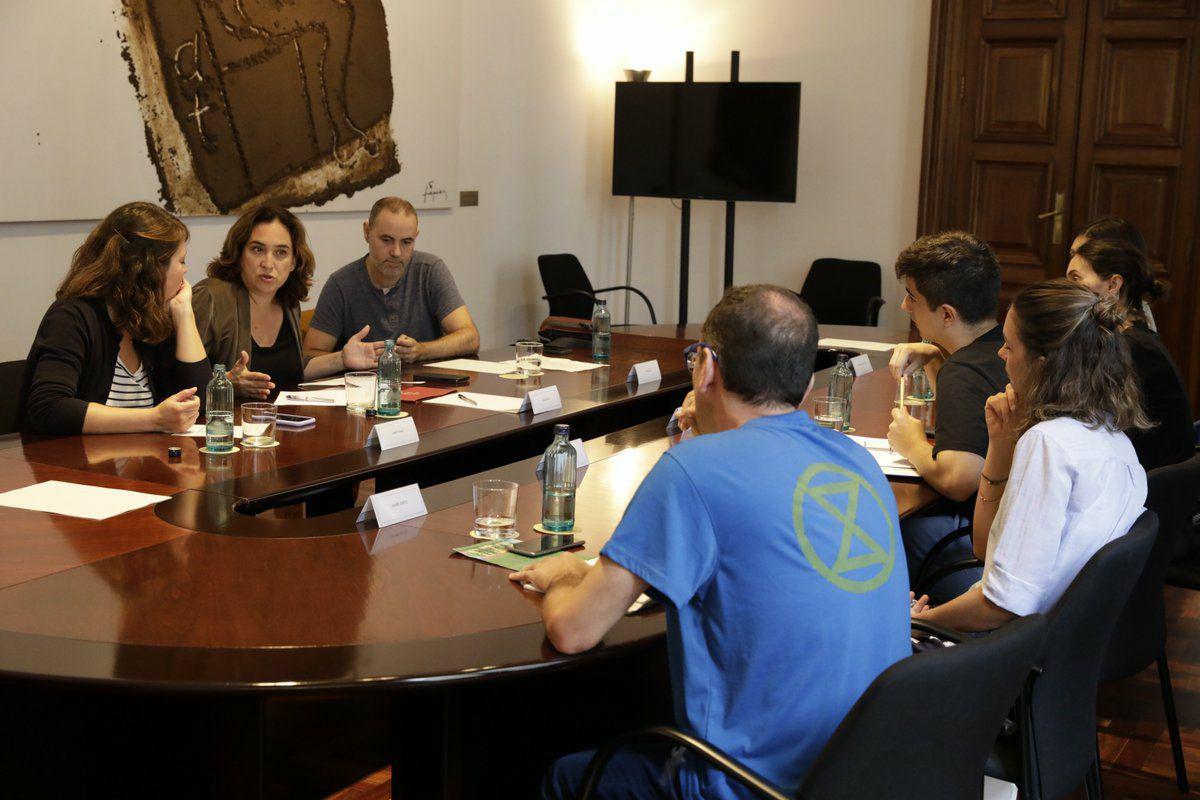 Activistas medioambientales de Barcelona se reúnen con Ada Colau