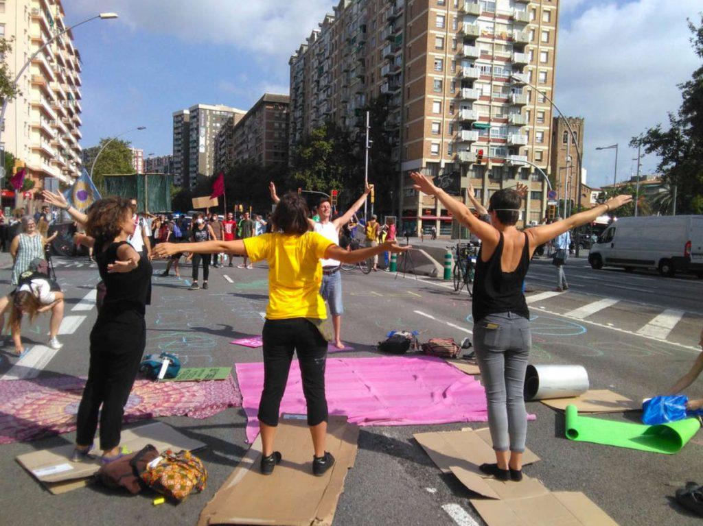 Una classe de ioga a l'Avinguda Meridiana durante l'accio