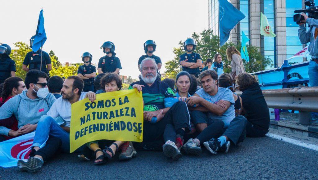 Rebeldes en la primera línea de una acción con un cartel: somos la naturaleza defendiéndose