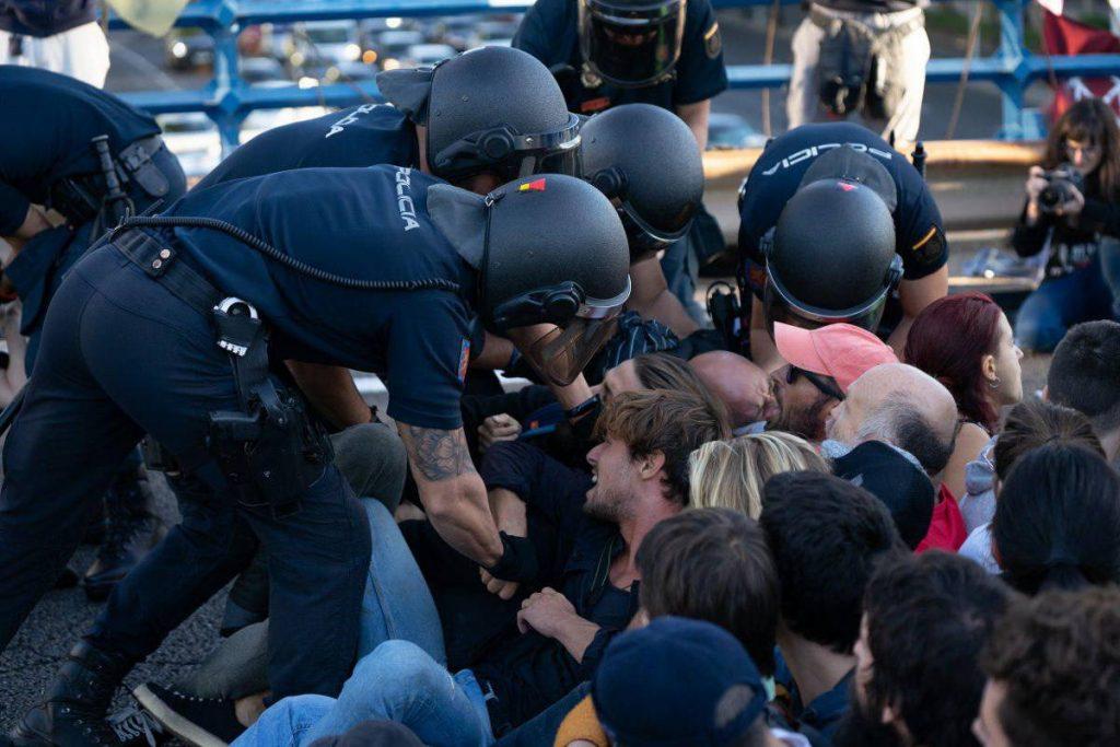 Policía desalojan a rebeldes en Madrid