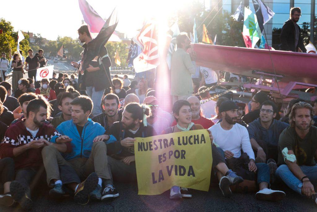 Rebeldes bloquean el puente de los Nuevos Ministerios en Madrid