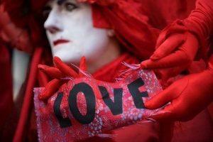 """Brigada Vermella amb una petita pancarta """"LOVE"""""""