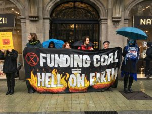Banner: Financiación del carbón = infierno en la tierra