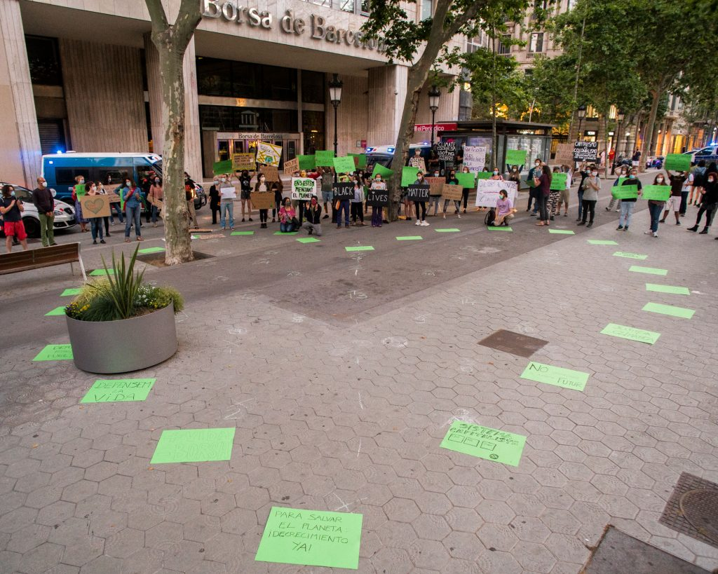 Corazón hecho con cartulinas verdes ante La Bolsa de Barcelona el Día del Medio Ambiente.