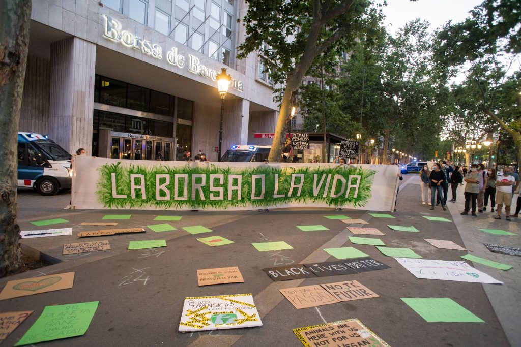 """Pancarta amb text """"La Borsa o la vida"""""""
