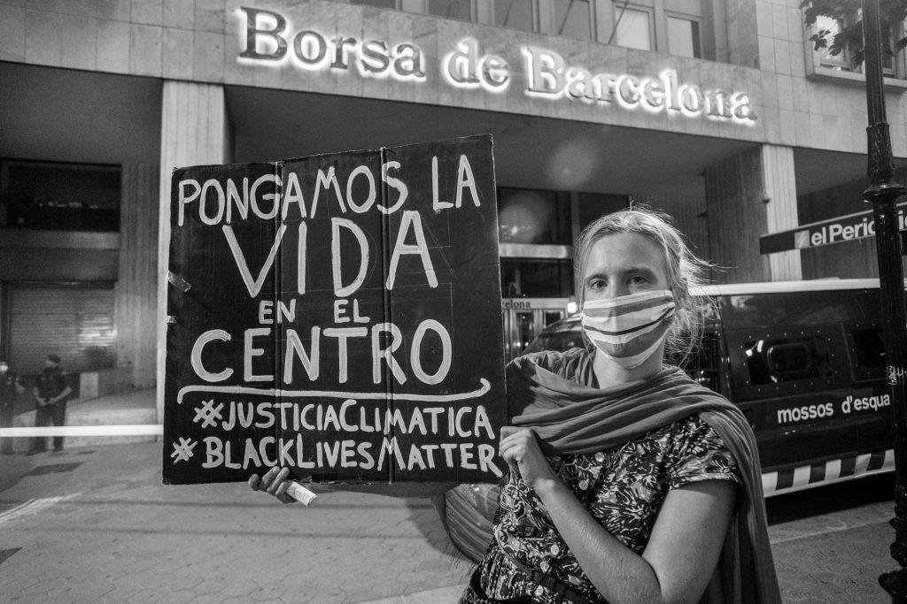 """Rebelde con cartel """"Ponemos la vida en el centro""""."""