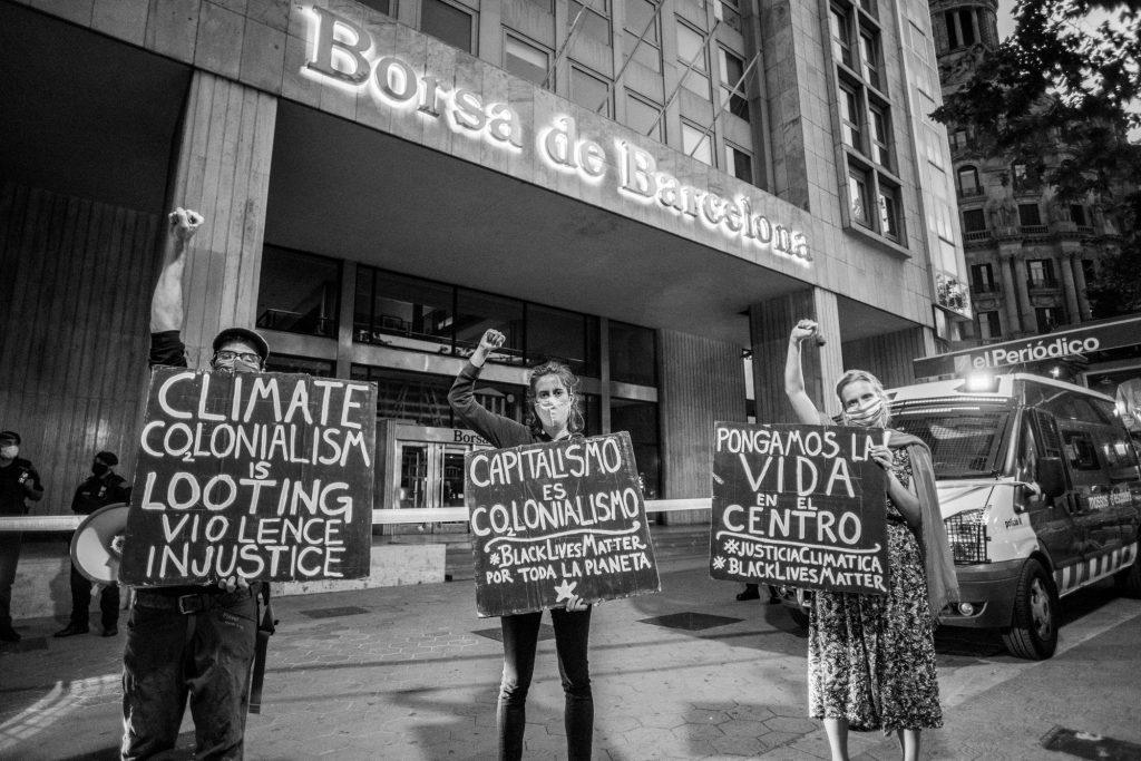 Rebeldes con carteles ante La Bolsa de Barcelona el Día del Medio Ambiente